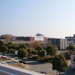 屋上からは東京横浜独逸学園が見えます